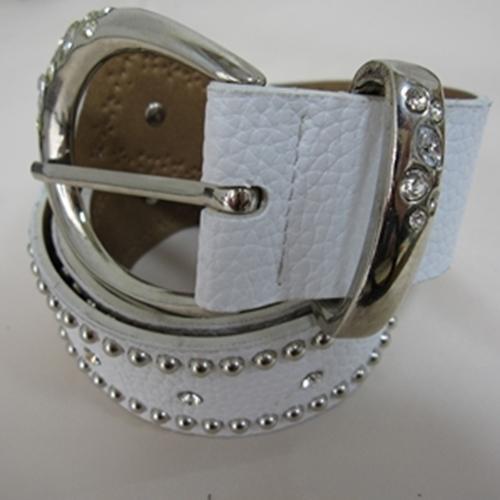 おすすめ特集 人気上昇中 さりげないストーンが可愛い白のベルトですパンツスタイルにおすすめな商品です スッダヅ付合革ベルト