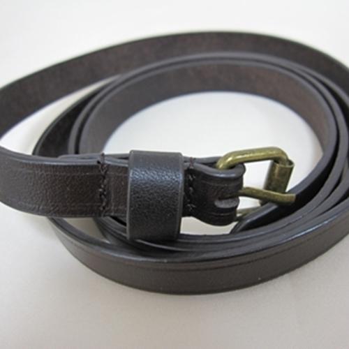 茶系の細みタイプのベルトです アイテムとして使いやすいベルトです 茶系細めの合皮ベルト 色んな用途で使えて便利です バーゲンセール 売店