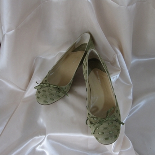 保証 履きやすく足が疲れない一足 リボンとモスグリーンの組み合わせがオシャレ MANOUQUA 日本 モスグリーンのリボン×ペタンコ靴