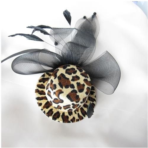 特売 ひょう柄の帽子と黒のリボンが個性的なの髪飾りです 春の新作シューズ満載 パッと可愛く目立つのでアイテムとしてお勧めです クリップタイプひょう柄の帽子の髪飾り