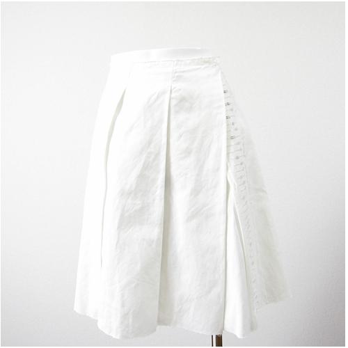 白のふんわりスカート 前にスパンコールが華やかさと女らしさを引きだします 真っ白なので涼しげな印象です 中古 Deluxe 高品質 高級な スパンコール刺繍入りふんわり巻きスカート BODY DRESSING