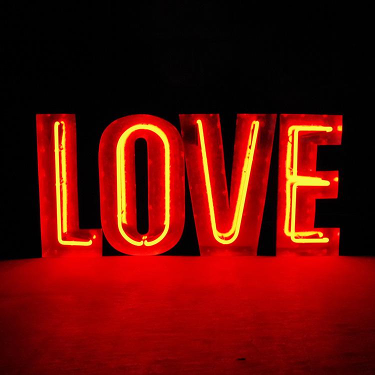 アメリカンサイン ウィズ ネオン 「LOVE」 レッドネオン インパクトフォント 店舗装飾 インテリア 照明 アメリカ雑貨 アメリカン雑貨