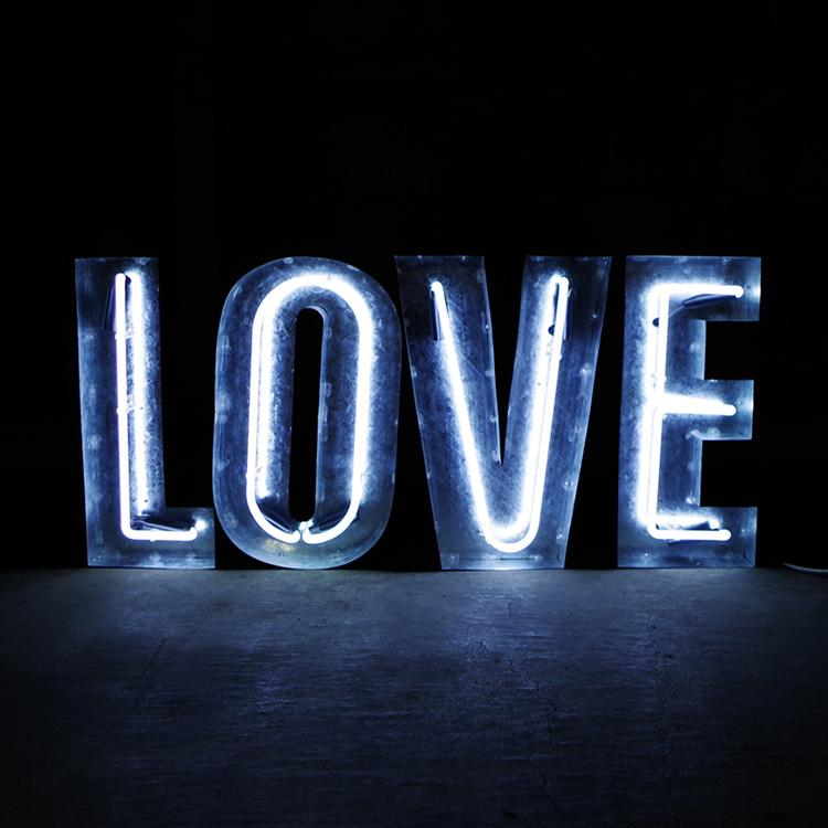 アメリカンサイン ウィズ ネオン 「LOVE」 ホワイトネオン インパクトフォント 店舗装飾 インテリア 照明 アメリカ雑貨 アメリカン雑貨