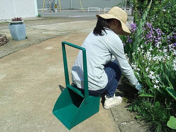座るちりとり 新作送料無料 ちりとりに座りながらラクラク作業 ガーデニングやお庭のお掃除に コンパル 専門店