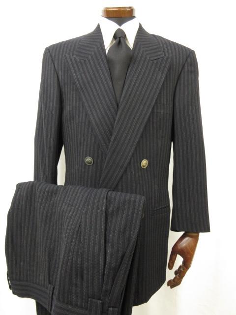 【ジャンニヴェルサーチ VERSACE】 ダブル4ボタン ストライプ柄 スーツ (メンズ) size52 ネイビー系 メデューサボタン 伊製 ●6MS5426● 【中古】