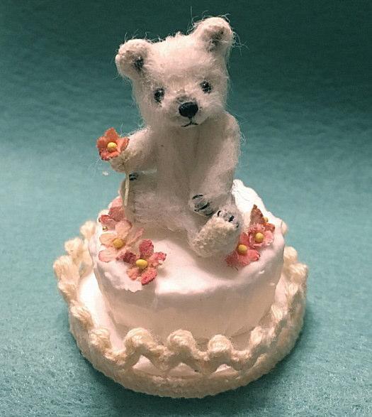 宮崎美和のテディベアアニバーサリー ケーキ風台座付き