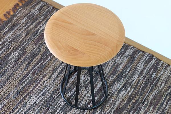 送料無料 サイドテーブル 幅44cm 円形 丸型 ナイトテーブル 木製 コンパクト アルダー無垢材 ベッドサイドチェスト ソファーサイドテーブル コンパクト 花台 おしゃれ 北欧 ミッドセンチュリー シンプル モダン 高級感
