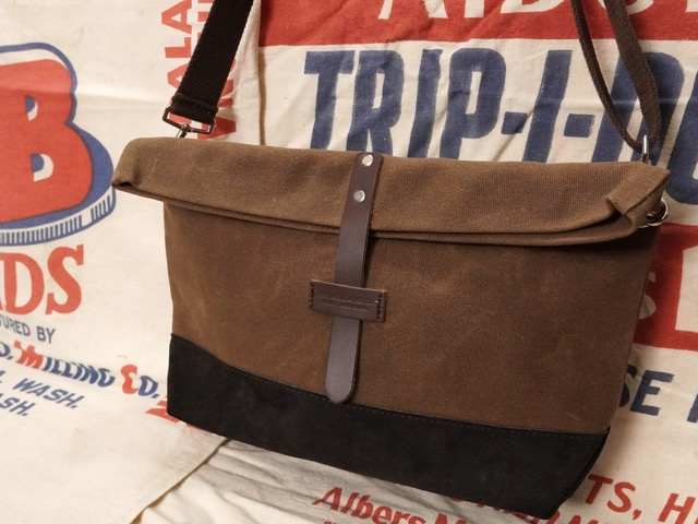 HERITAGE LEATHER CO TRAVEL SHOULDER POUCH [WAXED BROWN CANVAS x D.BROWN SUEDE] / ヘリテージレザー トラベル ショルダー ポーチ