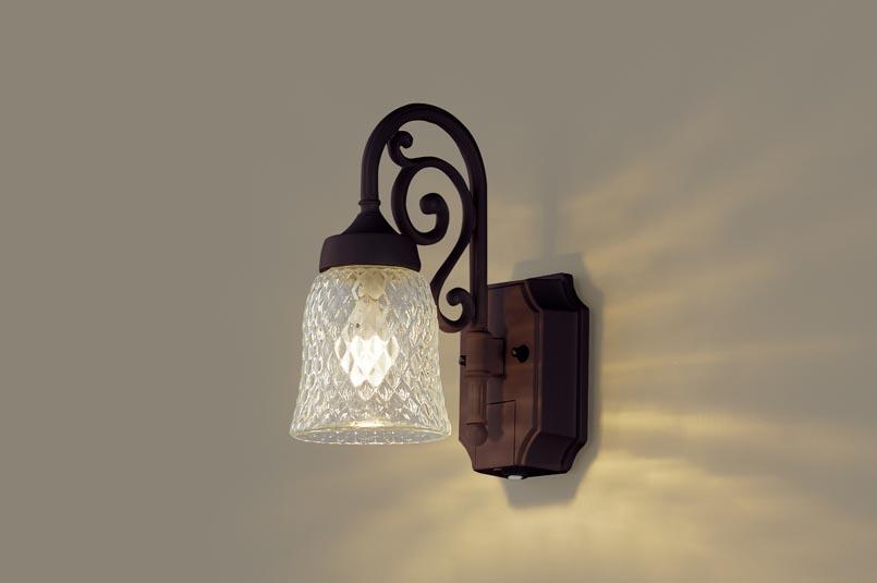 【最安値挑戦中!最大34倍】パナソニック LGWC85203AK ポーチライト 壁直付型 LED(電球色) 密閉型 防雨型 センサあり ダークブラウンメタリック [∀∽]