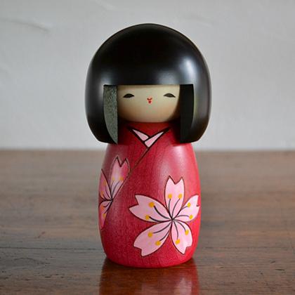 昭和25年から、群馬県で制作されている創作こけしです。こどもの日 子供の日 ひな祭り 雛まつり 雛祭り ひなまつり 【9/10迄PT10倍】卯三郎こけし 花は桜 伝統 こけし 創作こけし 民芸 日本製 人形 木 置物 赤 ピンク 女の子 花 桜 おかっぱ 着物 かわいい おしゃれ 手作り 和 雑貨 和雑貨 和小物 デザイン 職人 お土産 日本土産 インテリア Japanese doll 着物 桜 敬老の日