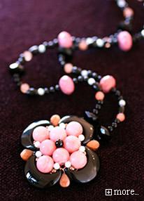 ブラック×ピンクのカメリアネックレス【ラッキーシール対応】