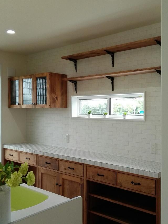 水色と白のタイルトップ キッチンカウンター