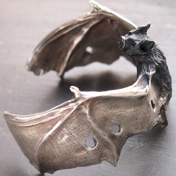 DECOvienya(デコヴィーニャ) 手作りアクセサリー こうもりバングル シルバー [DE-095S] ハンドメイドアクセサリー ジュエリー 動物 アニマル フィギュア 個性的 クール リアル レディース メンズ ハロウィン 日本製 国産