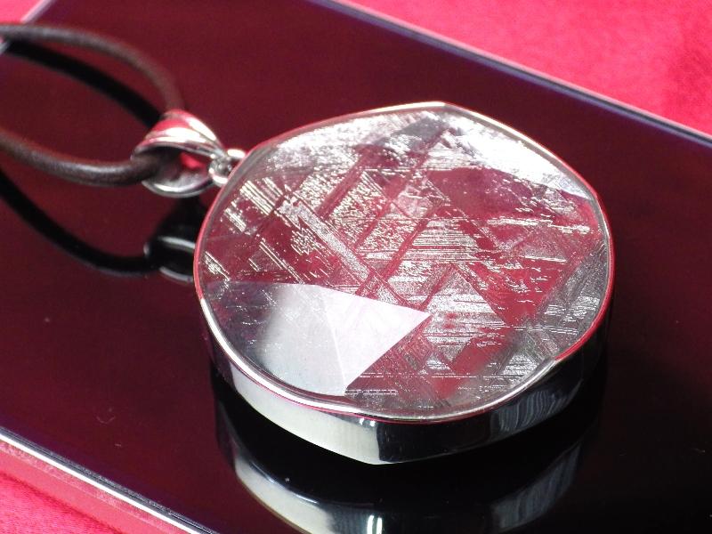 <希少限定品>【直径41mm】ギベオン隕石メテオライトペンダント(ヘキサグラムカット・直径41mm 厚さ9mm 重さ28g シルバー 完全天然ギベオン使用)茶色本革製ネックレス付