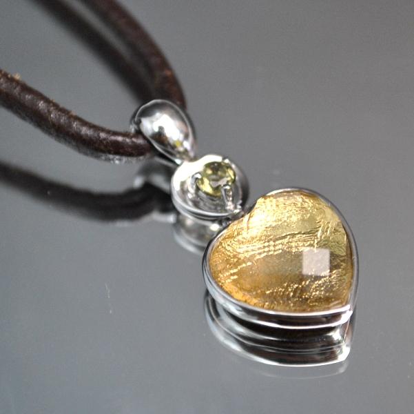 ハート・ギベオン隕石&モルダバイトプチペンダント(横幅11mm たて11mm 厚さ6mm 重さ2g ゴールドロジウム 完全天然石使用)茶色本革製ネックレス付