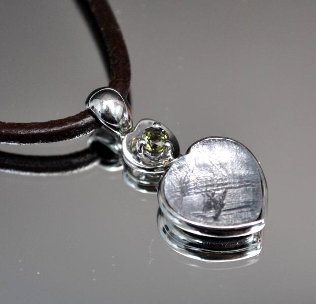 ハート・ギベオン隕石&モルダバイトプチペンダント(横幅11mm たて11mm 厚さ6mm 重さ2g シルバー 完全天然石使用)茶色本革製ネックレス付