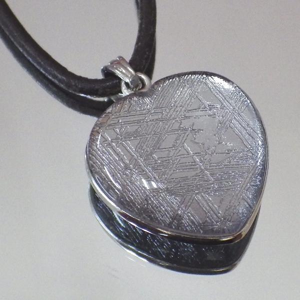 【ハート型】ギベオン隕石メテオライトペンダント(横幅21mm たて21mm 厚さ8mm 重さ7g シルバー 完全天然ギベオン使用)茶色本革製ネックレス付