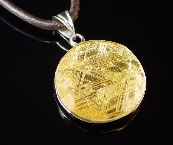 【直径21mm】ギベオン隕石メテオライトペンダント(ヘキサグラムカット・直径21mm 厚さ6mm 重さ6g ゴールド 完全天然ギベオン使用)茶色本革製ネックレス付