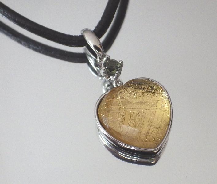 ハート・ギベオン隕石&モルダバイトペンダント(横幅13mm たて13mm 厚さ6mm 重さ3g ゴールドロジウム 完全天然石使用)茶色本革製ネックレス付