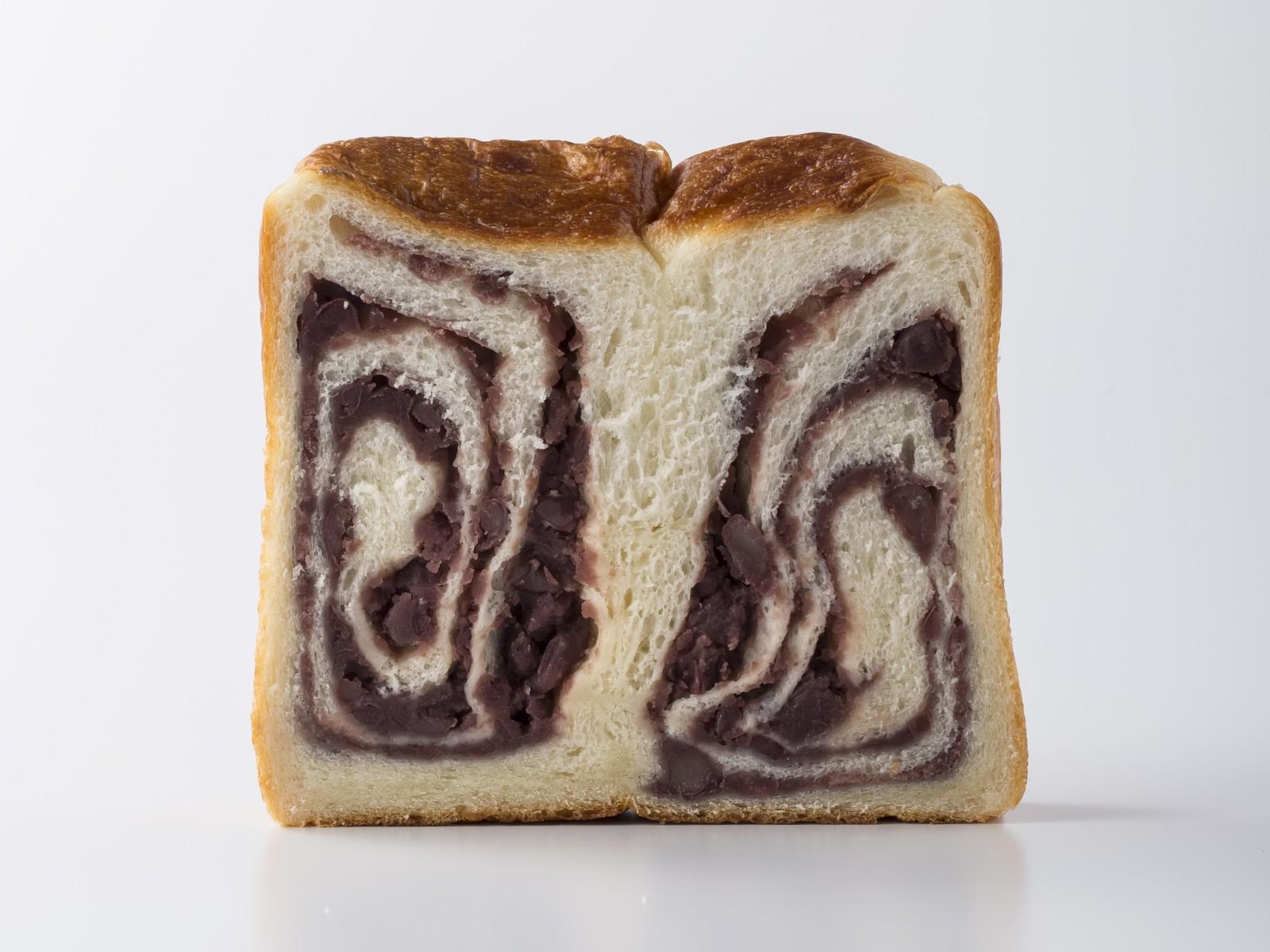 国産小豆をグラニュー糖で炊いた贅沢なあんこをたっぷりと巻き込んだあん食パンです あんCUBECUBE THE BAKERY