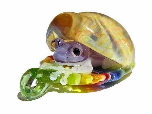 【在庫有り】 カエル ネックレス 『 Frog in the Shell 五』 kengtaro ケンタロー 蛙 アニマル 動物 フロッグ ペンダントトップ 誕生日 ガラス 硝子 モチーフ 雨 アクセサリー ジュエリー かわいい プレゼント 女性 雑貨 星 グッズ 置物 お祝い 春物 猫 鳥 花 ブローチ