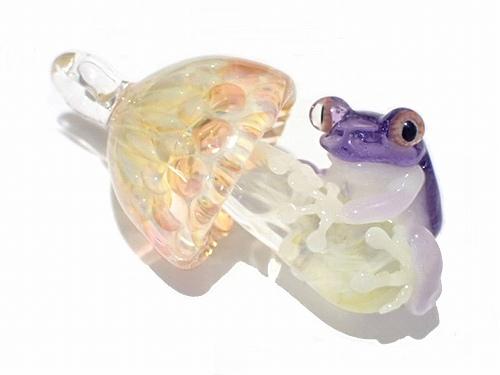 カエル 『 Frog on a Mshuroom 拾』 kengtaro ケンタロー 蛙 フロッグ 誕生日 女性 ガラス キノコ 菌 茸 置物 硝子 グッズ 傘 カサ アクセサリー ジュエリー かわいい レディース プレゼント 雑貨 星 面白い 奇抜 猫 鳥 花 ブローチ モチーフ 可愛い おもしろ ユニーク