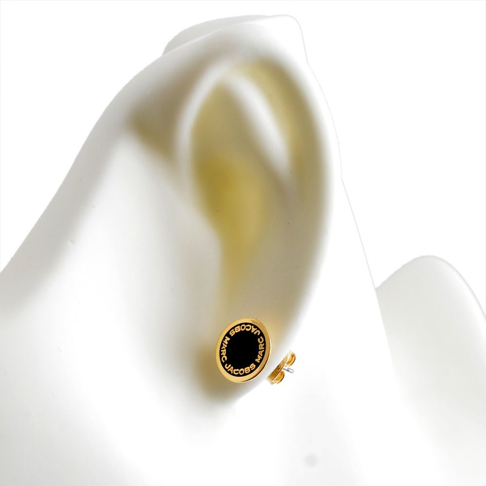 마크 제이콥스 MARC JACOBS M0008544-062 Black/Oro 로고 디스크 에나멜 스터드 피어스 Logo Disc Enamel Studs