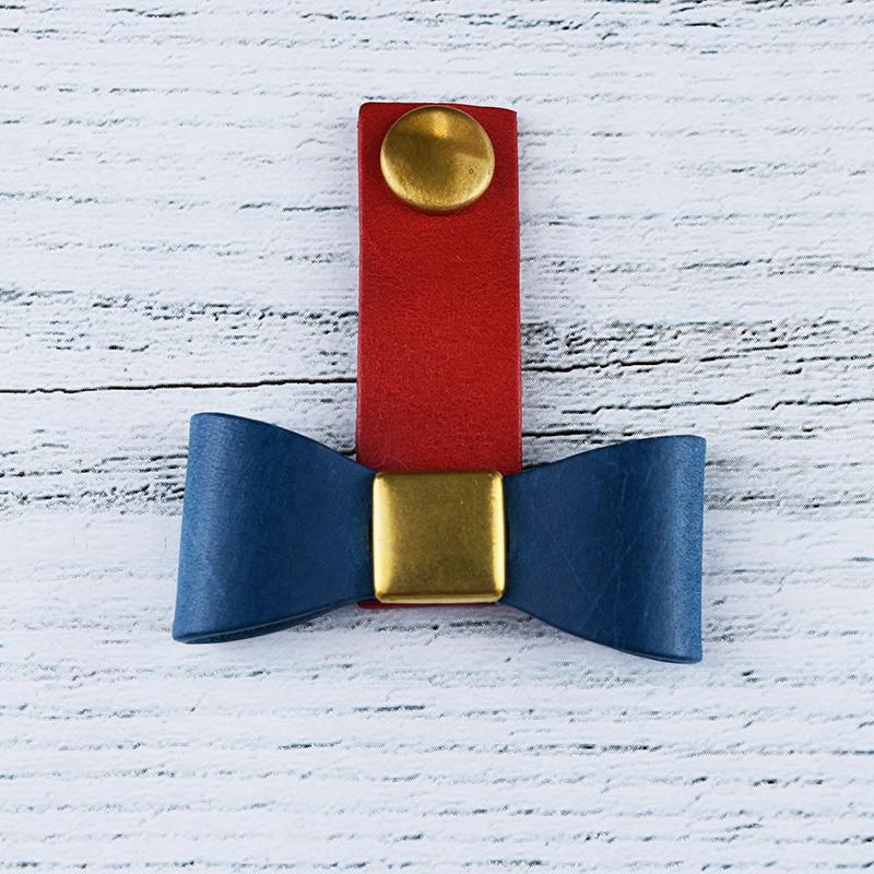 ワンポイントのリボンがかわいい イタリアの革を使ったコードクリップ イヤホンコードもバックの中で綺麗に 好きな色を選べます コードクリップ コードホルダー 名入れ 本革 キーホルダー リボン オーダーメイド レディース イタリアンレザー プレゼント 送料無料 訳あり品送料無料 贈り物 赤 ブッテーロ 日本製 ブルー ギフト おしゃれ 誕生日 レッド かわいい 通販 激安