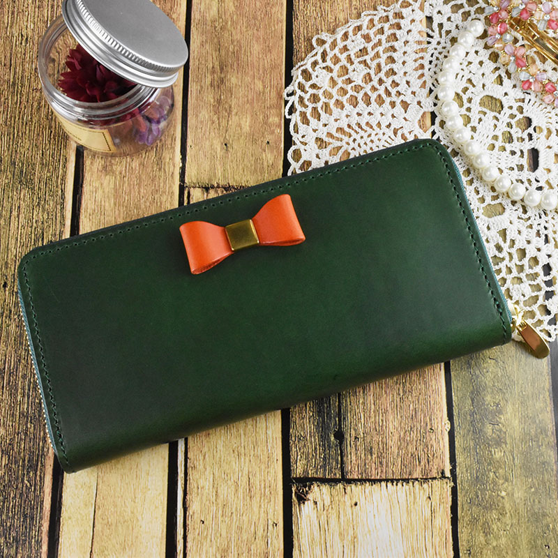 今、一番売れています!ワンポイントのリボンがかわいい。イタリアの革を使ったハンドメイドの財布。仕事運 金運UPの緑色。 好きな色で自由にオーダメイド。 財布 長財布 春財布 レディース リボン 本革 ラウンドファスナー イタリアンレザー ブッテーロ 日本製 オーダーメイド 名入れ オリジナル グリーン 緑 リモンタ かわいい ギフト 贈り物 プレゼント 誕生日 入学 卒業 就職 バイカラー