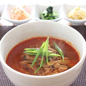 和牛を贅沢に使用し、干しずいき、しめじ等の野菜もたっぷり入っています。コク、旨み、辛さの絶妙なバランスが味わえます。ギフトに。 【送料込】 博多 ユッケジャン 3個セット 450g×3 / 和牛 野菜たっぷり スープ 旨みと辛さが絶妙 湯煎 簡単 冷凍 ギフト