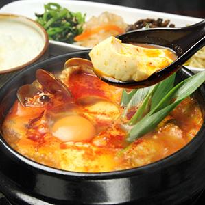 魚介の旨みを引き出したコクのある濃厚なスープです。ご家庭で豆腐と卵を入れるだけで簡単に専門店の味に!ギフトに 【送料込】 スンドゥブチゲの素 3個セット 450g×3 / おうちで 専門店の味 豆腐と卵を入れるだけ 簡単 豆腐 チゲ ギフト