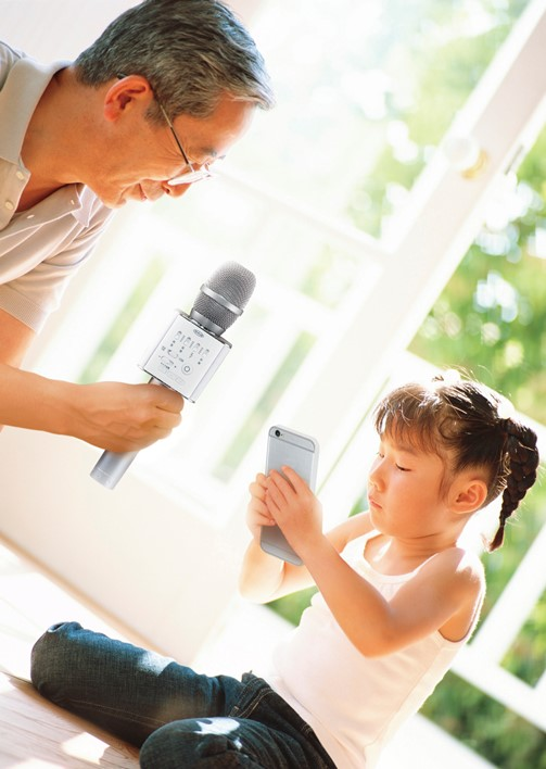 ♪ ★哪里都可以用!在附带音箱的卡拉OK麦克风ST Bluetooth连接用无线智能手机和拴在一起,到处都是卡拉OK♪★魄力的2Way音箱(立体声)型,并且对Bluetooh ver.4.0特别地调节对应♪★麦克风音量和音乐卡拉OK的音量的OK♪