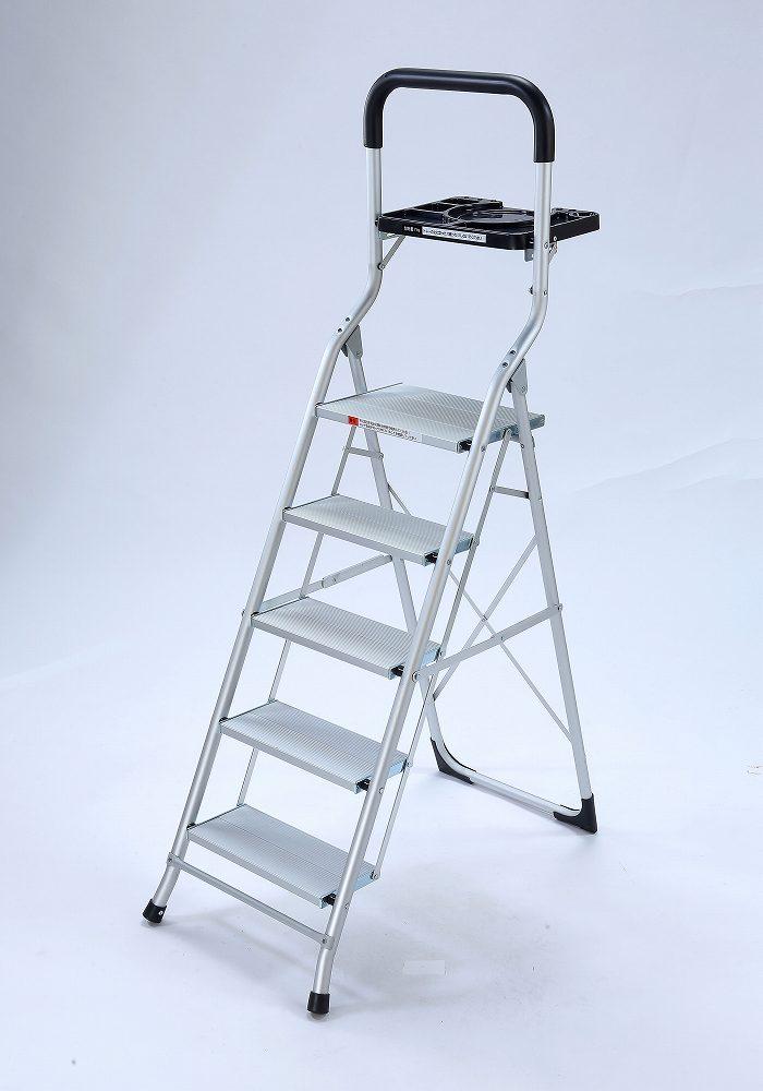 軽量!トレー付幅広アルミ脚立 5段     ステップ アルミ製 取っ手 仮置き 掃除 片付け 折りたたみ式 電球交換 エアコン掃除 はしご 作業 省スペース 踏み台 ラダー コンパクト 収納 梯子