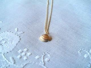 The delicate gold pendant series of the simple shellfish motif
