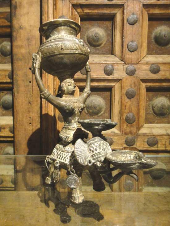 一点物 インドアンティーク 古代オイルランプ 象に乗る女性 置物
