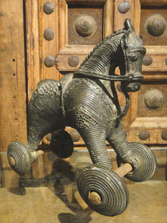 一点物 インドアンティーク 車輪で動く馬の置物