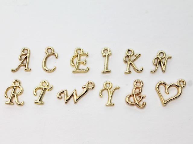 ちっちゃくてキュートなアルファベット型 アクセサリー作りにぴったり 金属パーツ 極小アルファベットチャーム マート シルバー イニシャル 予約販売 ゴールド 金古美