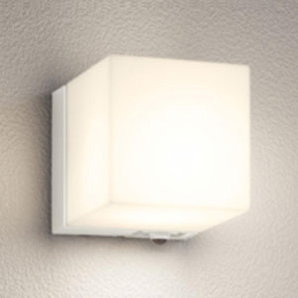 オーデリック LEDポーチライト 防雨型 防水パッキンレスタイプ 白熱灯60W相当 電球色 人感センサ付 オフホワイト OG254797LC