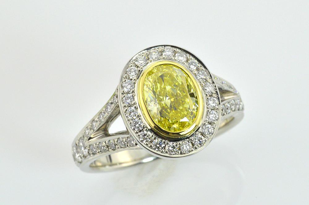 イエローダイヤモンドで上品華やかダイヤリング センターのイエローダイヤをベゼルセッティングがポイント!センター0.7~1カラットサイド0.68ct合計1.64カラット