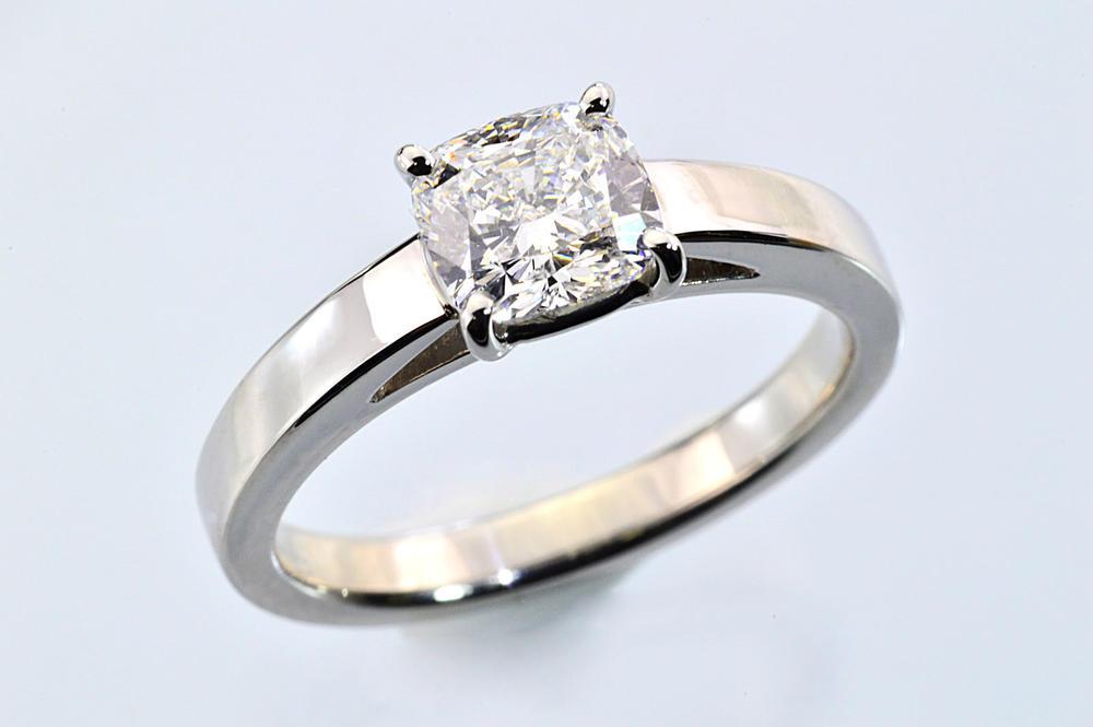 重厚で繊細!クッションカットダイヤモンド 上品な一粒ダイヤモンドリング 1ct プラチナ