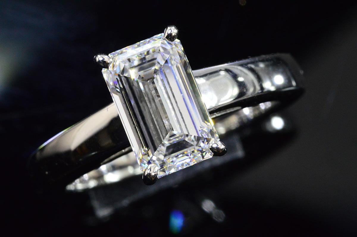 ほぼ2カラットエメラルドカットダイヤリング指輪EカラーIFインターナリーフローレス品質透明感が非常に強い!