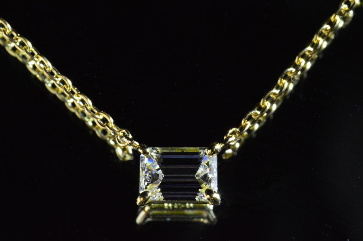 エメラルドカットダイヤネックレス横置きとイエローゴールドが華やかな上品さ!0.6カラットKカラーVVS1うる艶で高品質の輝きお胸元でキラリ