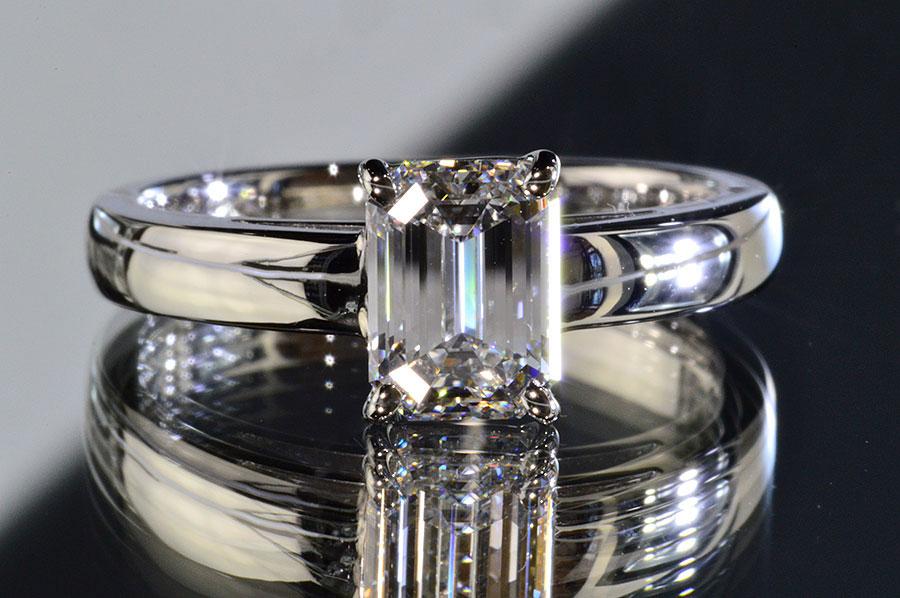 ほぼ1カラットエメラルドカットダイヤモンド一粒リングGカラーIFインターナリーフローレスダイヤGIA鑑定書刻印つき