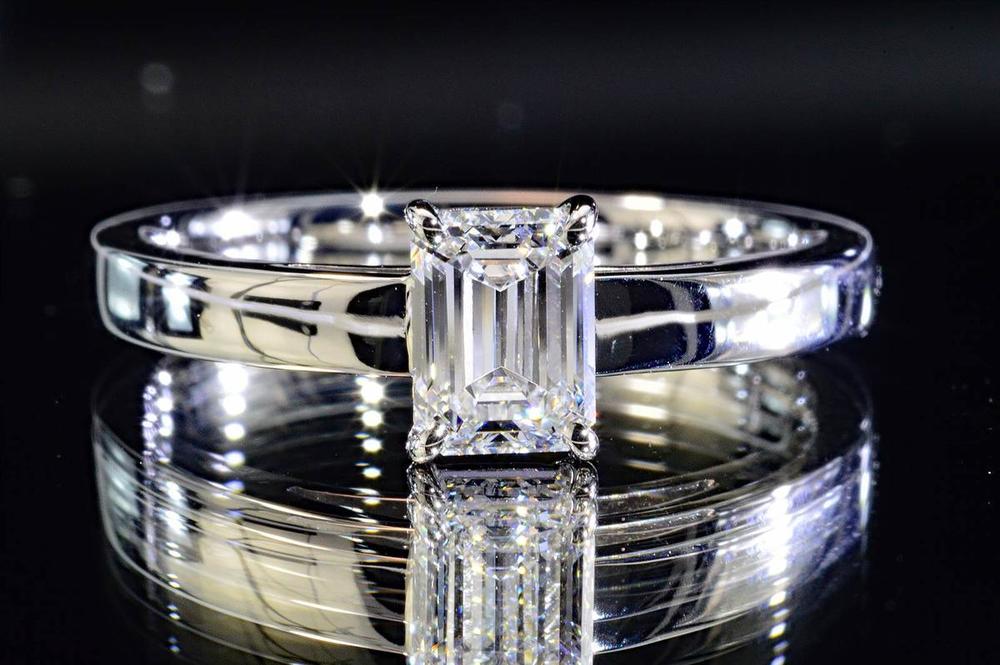 エメラルドカットダイヤリングプラチナ0.5カラットEカラーインターナリーフローレス高品質ソリティアリング