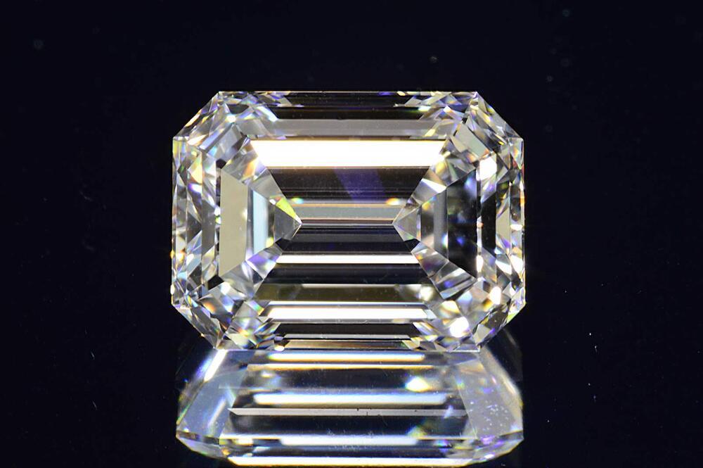 0.6カラットエメラルドカットダイヤモンドルースEカラーVVS1GIA鑑定書刻印つき透明感の強い証明写真つき