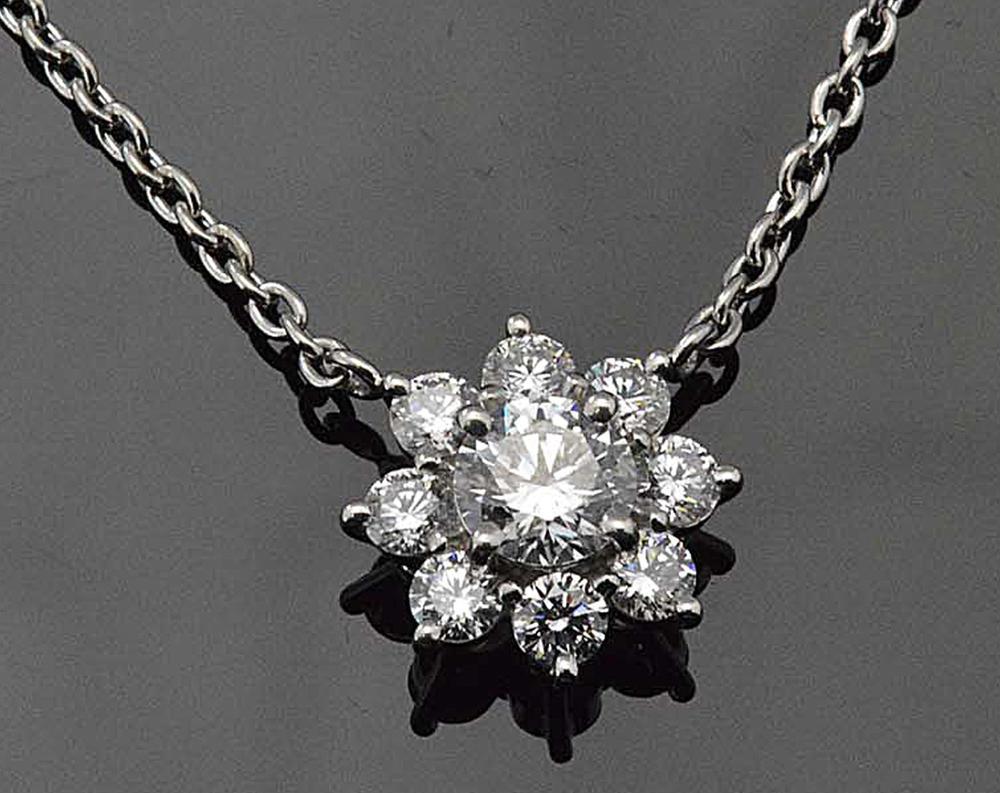 ダイヤモンドのお花ネックレスがお胸元でふんわり トータル1カラット センター0.5カラット トリプルエクセレント ハート&キューピッド