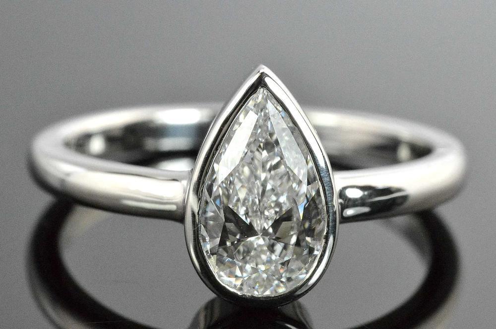 ペアシェイプ やっぱりシンプルダイヤモンド一粒リング プラチナ 0.7カラット 伏せこみ