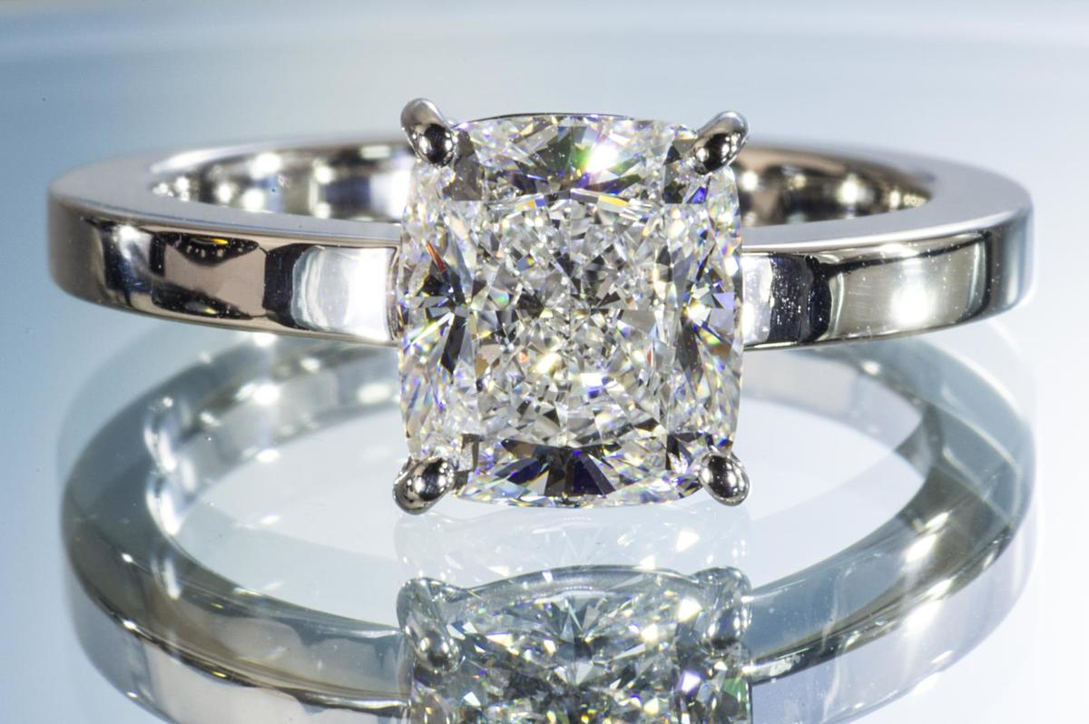 2ctダイヤリングクッションカットプラチナダイヤ2ctリング ほぼ2カラットクッションカットダイヤリング大きいダイヤのオーラと輝きにうっとり!見ていると夢の世界へ
