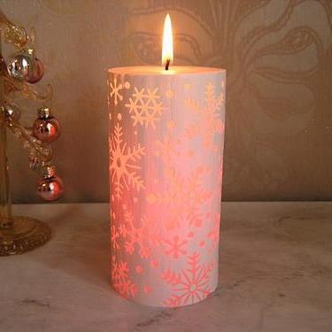 不思議なキャンドル 出色 LEDピラーキャンドル 半額 スノーフレークキャンドルとLEDのコラボ火を灯すとLEDが点灯し7色に光ります