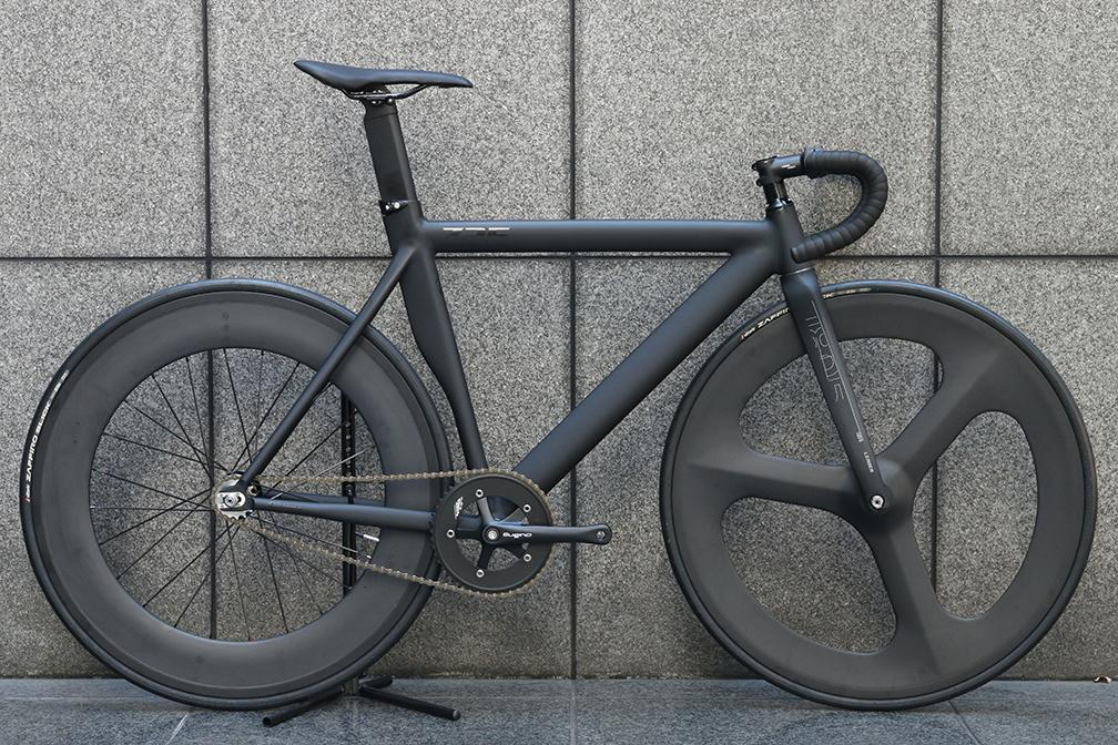 ピストバイク 完成車 LEADER BIKES 725TR FRONT 3SP REAR 88mm CARBON WHEEL CUSTOM BIKE BLACK リーダー バイク【自転車 バイク スポーツバイク 完成品 アルミ 軽量 カスタム カスタムバイク ベース フリーギア 固定ギア 初心者 シンプル おしゃれ 黒 ブラック】